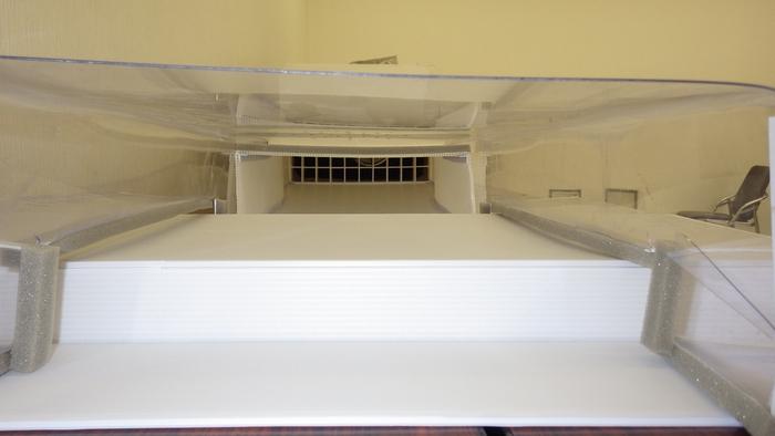 測定洞の出口から中をのぞくと、測定対象物と整流格子が見える